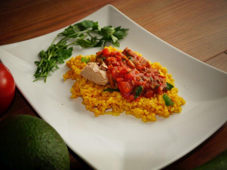 Pomidorowy bulgur curry z tuńczykiem